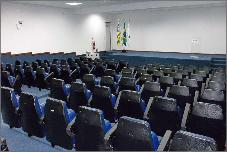 Auditório com capacidade para 130 pessoas e sistema de transmissão para um auditório anexo.