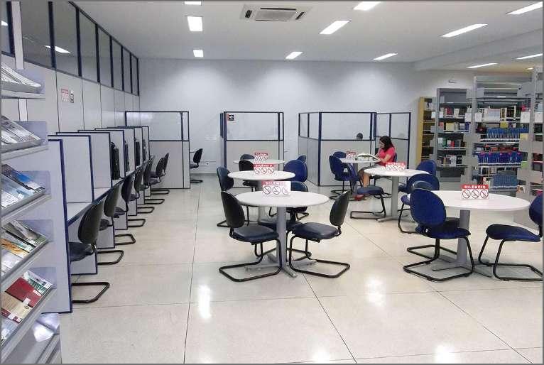 Biblioteca com 252 m², grande acervo de livros, área de estudos e computadores para alunos e visitantes.